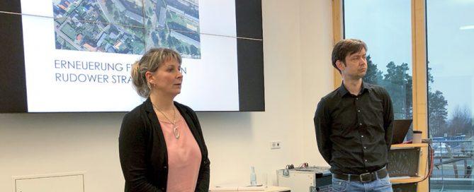 """Herr Lüders und Frau Grahms stellten das neue MWG-Projekt """"Erneuerung des Wohnumfeldes in Rudow"""" vor."""